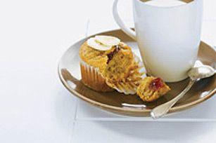 Est-il possible de rendre encore plus irrésistibles les muffins au beurre d'arachide et aux bananes? Pour y arriver, nous avons caché une surprise dans nos muffins maison!