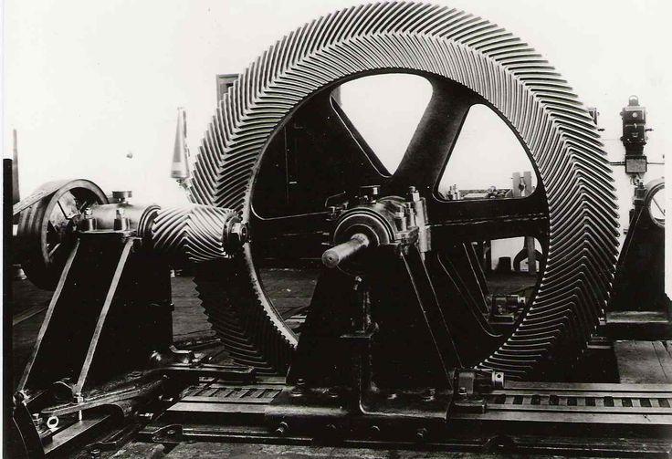 1930 Škoda Plzeň. Kuželové soukolí s šípovím ozubením pro pohon kolesové lodě s náhonemod Dieslova motoru.