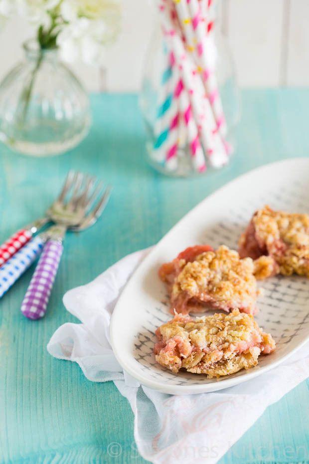 Rabarber crumble taart http://simoneskitchen.nl/rabarber-crumble-taart/