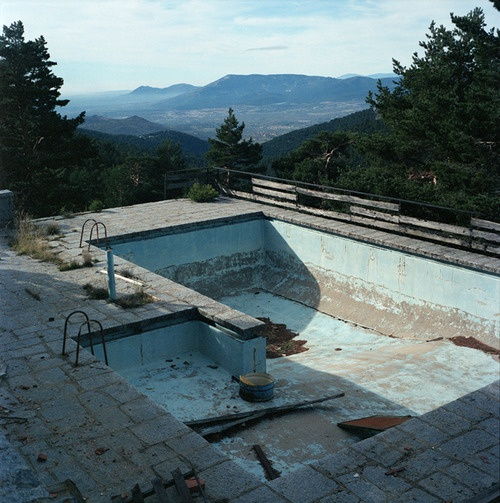 1000 images about empty forgotten pools on pinterest for Empty swimming pool