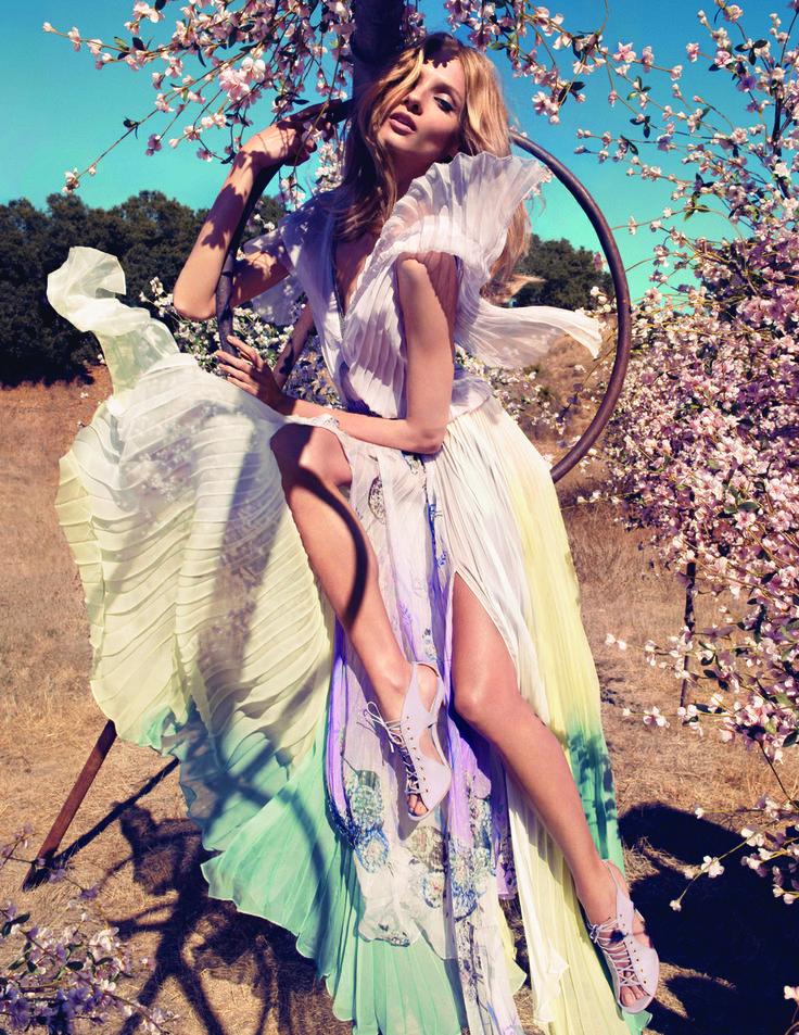 Esta imagem da marca Blumarine resume na perfeição as tendências de moda e de beleza para esta Primavera
