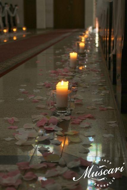 świece i płatki róż w kościele w czasie ślubu