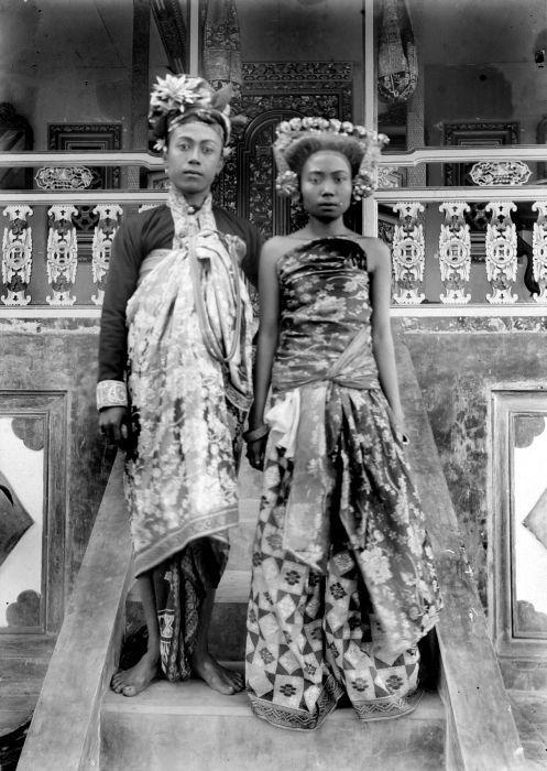 COLLECTIE TROPENMUSEUM Portret van Gusti Bagus Djilantik Stedehouder van Karangasem met echtgenote TMnr 10018850.jpg