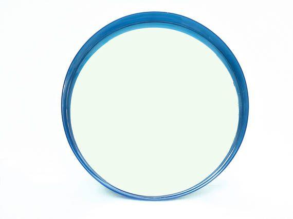 Grande specchio con cornice in plastica blu semitrasparente e