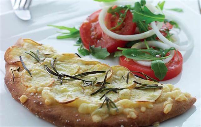 Kartoffelpizza med rosmarin og tomatsalat