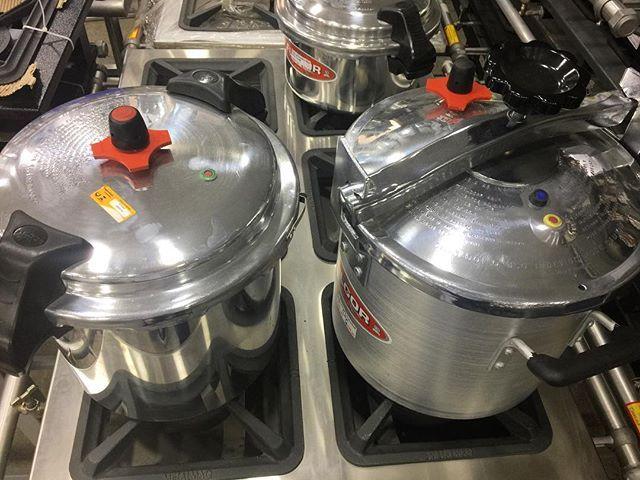 Composição tipicamente Humaitá Louças. Preparo total para a cozinha #industrial : panelas de pressão em alumínio da #Fulgor e  fogão da #Metalmaq. 🔥🍳🍴 #humaitalouças #cozinhaindustrial #chefstalk #chefslife #kitchenware #kitchentools #kitchengadget  Yummery - best recipes. Follow Us! #kitchentools #kitchen