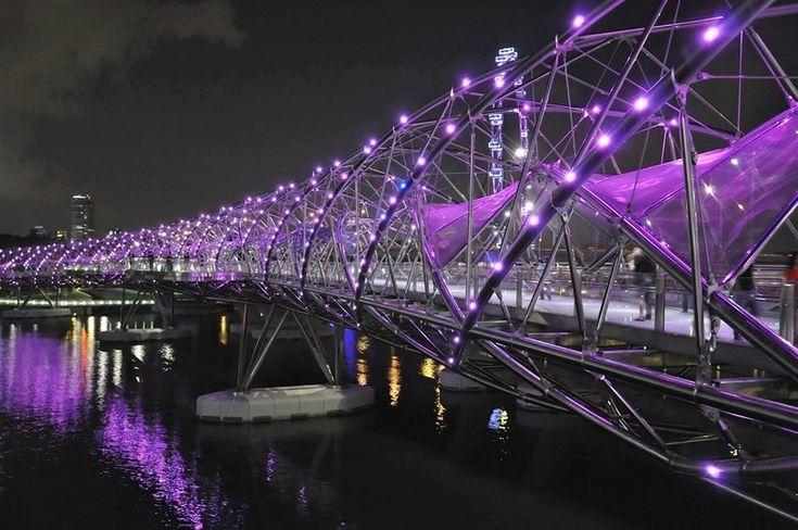 Пешеходный мост Хеликс Бридж соединяет торговый центр Marina Centre и набережная Marina Bay. Эта необычная конструкция располагается неподалеку от моста Бенджамин Шиариз Бридж. Сингапур превзошел себя, подарив миру первый криволинейный мост. Хеликс Бридж, напоминая собой структуру человеческого ДНК, символизирует «жизнь», «целостность», «обновление» и «рост».