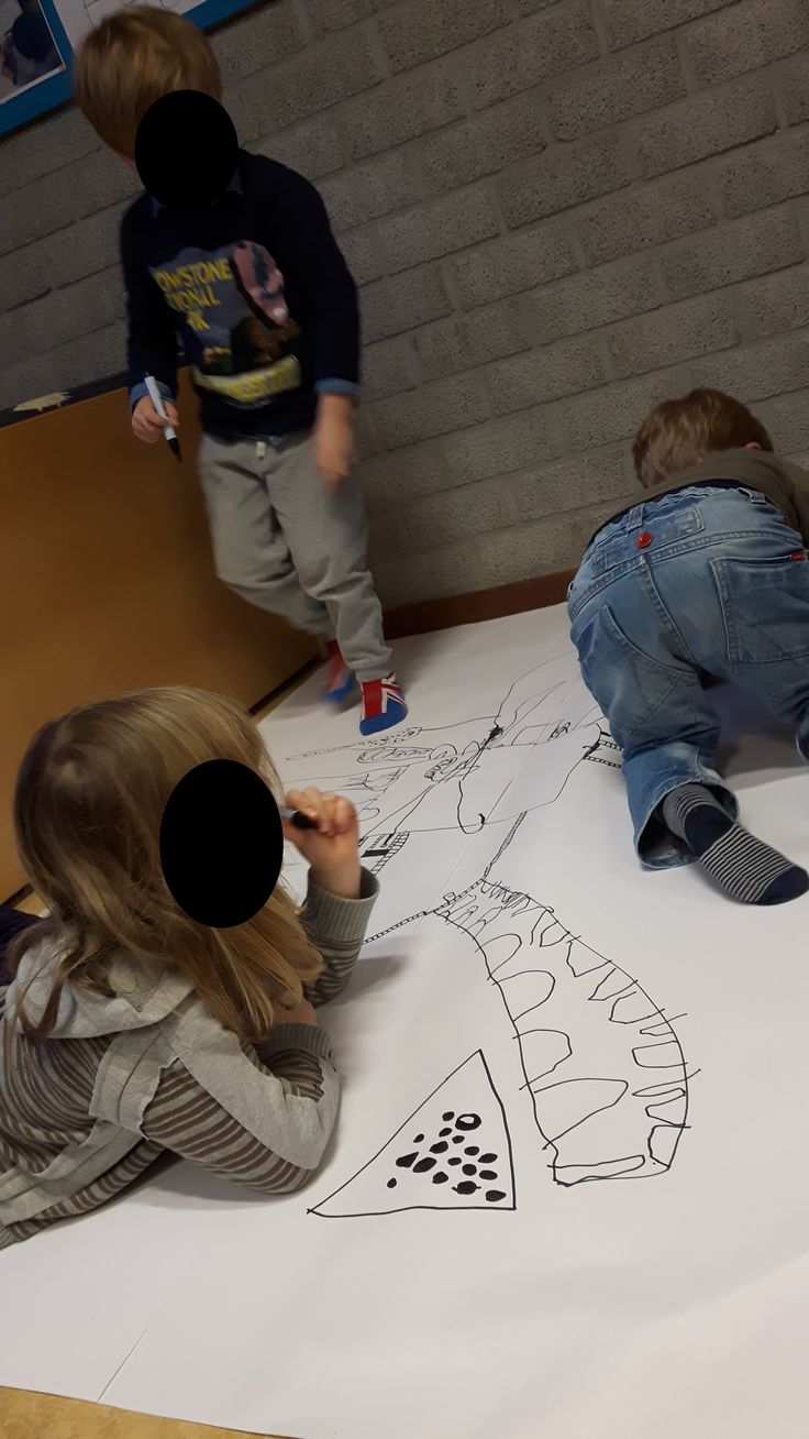 De plattegrond tekenen van het huis. Op groot vel met dikke stiften. Welke kamers komen er in het huis? Hoe groot moeten ze zijn? Waar komen de ramen? De leerlingen denken overal over na.