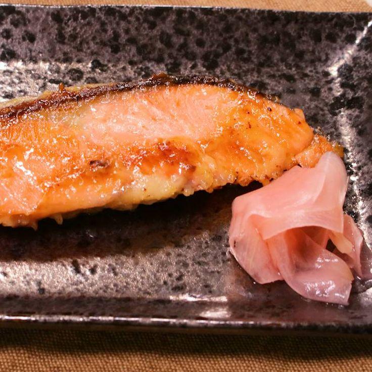 「フライパンで簡単!鮭の西京焼き」の作り方を簡単で分かりやすい料理動画で紹介しています。お店でよく見かける西京焼きを自宅で簡単に作ることが出来ます。晩御飯にもピッタリ!前日の夜に漬け込めば、朝食にもなります。今回は鮭を漬け込みましたが、季節の旬のお魚を漬け込んだりと、色々とアレンジも可能ですよ!