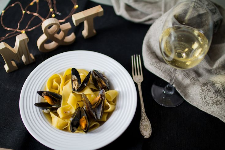 Mules in white wine with Italian pasta. Quick and easy, but sophisticated and chic.