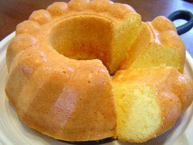 ぐりとぐらのふわふわカステラケーキ ぐりとぐらのふわふわカステラケーキ ぐりとぐらの絵本に出てきた、たまごのカステラケーキをイメージした、シフォンな感じのバターケーキです。 ワンボールで簡単に出来ます。 あぶぅ あぶぅ 材料 (18cmパウンド型1本or18cm丸型など) 強力粉 100g ■ (または薄力粉) 卵 L2個 グラニュー糖(さとう) 80~100g バター(なければサラダ油やマーガリンでもOK)) 50g 牛乳 大さじ2 バニラオイル 適宜