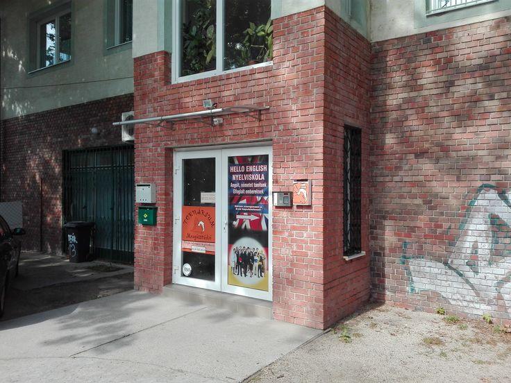 A nyelviskola bejárata nem a Deák Ferenc utca felől van, hanem hátul a parkoló felől.