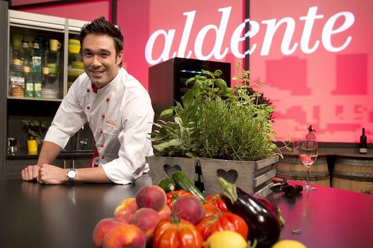 #Hoje #Inédito #Gastronomia  AL DENTE - 19h30 - COM LEGENDA Um condensado de delícias culinárias bom humor e cultura gastronômica para nos ensinar a realizar todos os pratos de um cardápio.