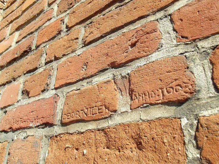 Cegły wypatrzone w murach Kościoła Świętego Jakuba Apostoła w Murowanej Goślinie