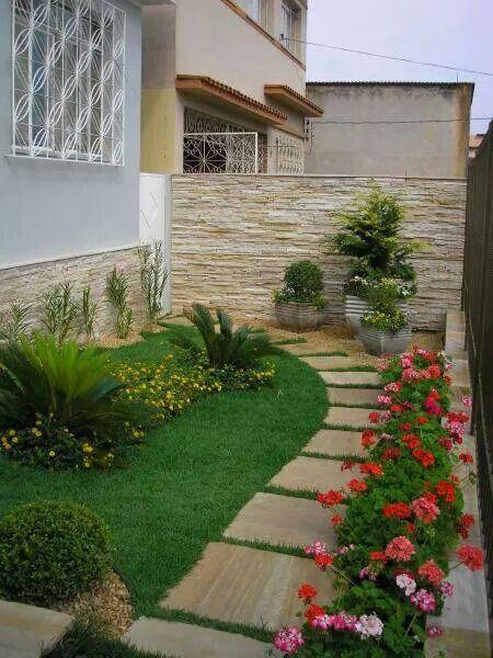 Chegar em casa e dar de cara com um jardim desses faz o dia valer a pena. Use as flores coloridas para alegrar a fachada da sua casa. Olha só como a casa ficou mais receptiva com esse colorido.