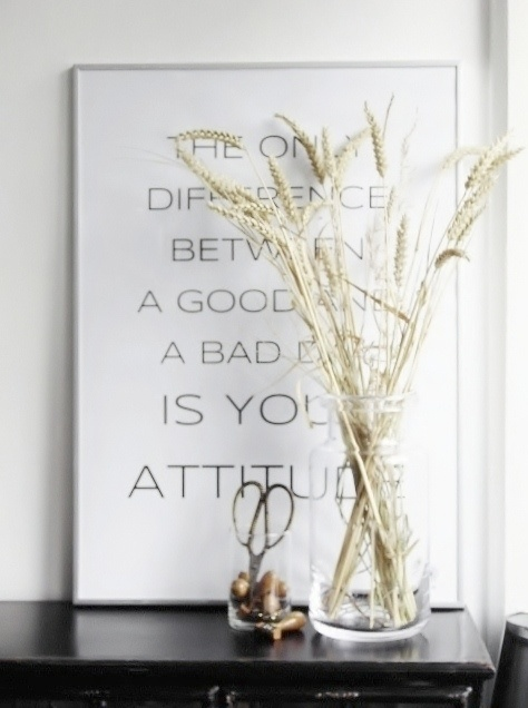 Stilistisk flot plakat fra by M med smukt grafisk citat på hvid baggrund med sort skrift: The Only difference between a good and a bad day is your attitude. Plakaten passer perfekt ind i den lyse skandinaviske bolig. Posteren passer til en standardramme fra Ikea. Mål: 50*70 cm.