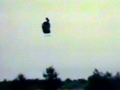 La 17 mai 2006, zece persoane, inclusiv ofițeri de poliție pretind că au văzut mult timp o creatură care zbura în Monterrey, în statul Nuevo Leon din Mexic. Observația a fost filmată de pe un deal cu vedere spre sat și transmisă pe mai multe canale de televiziune mexicane și în străinătate. Potrivit martorilor era...