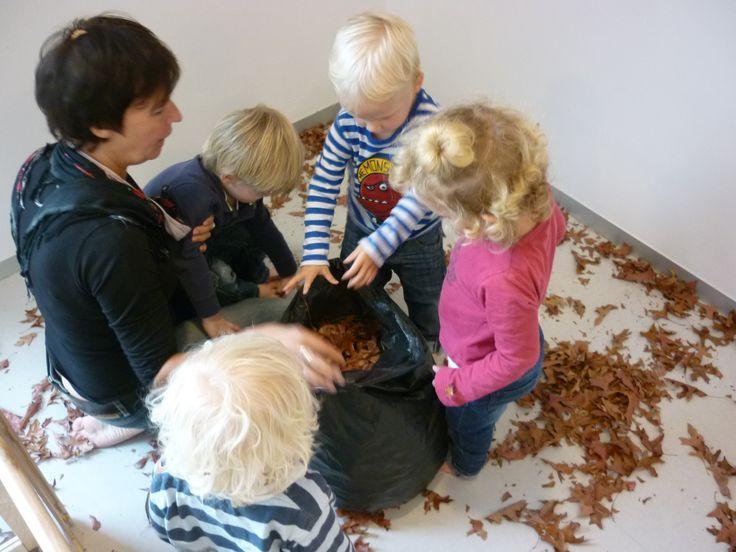 Spelen met herfstbladeren. SKA-kinderdagverblijf Uit de Kunst