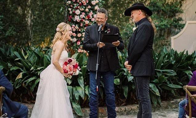 Blake Shelton Officiates Wedding Of Trace Adkins And Victoria Pratt Country Singers Blake Shelton Trace Adkins