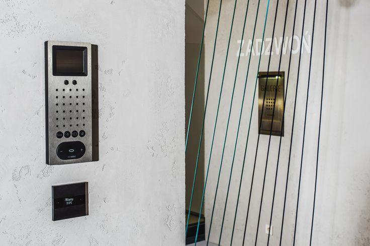 Domofon Siedle Steel, stacja wewnętrzna video oraz włącznik Deseo