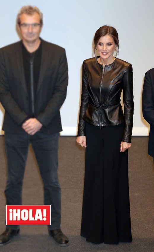 La Reina estrena chaqueta de Armani y pantalón de Carolina Herrera. b98bc1c2085
