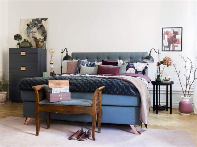 Bedroom by stylist Maria Nordin. Bed: Jensen Signature. Color: Aqua and copper legs. Magazine: Expressen Leva & Bo. Photo: Joachim Belaieff.