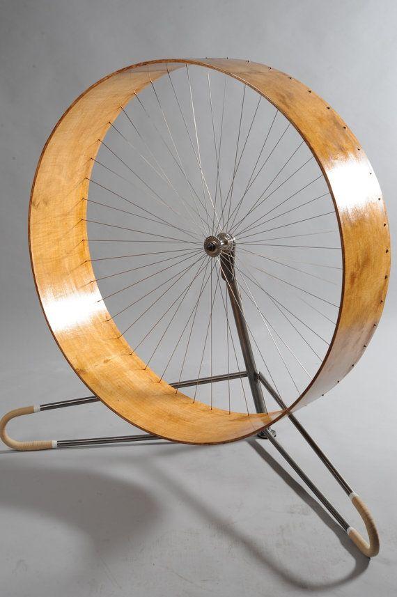 La roue Cat conçu et fabriqué par HolinDesign. La roue donne beaucoup de plaisir et une grande activité pour votre chat. Il permet de garder votre