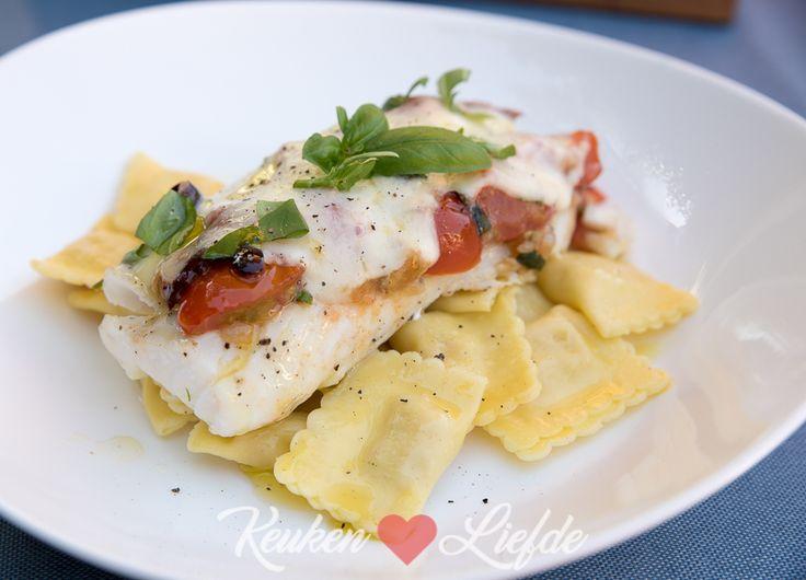 Heerlijke kabeljauw uit de oven met cherrytomaat, mozzarella, olijf en basilicum. Makkelijk om te maken en snel op tafel!