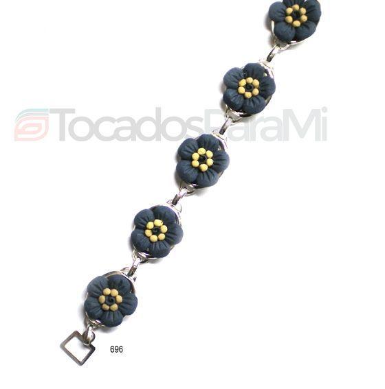 Pulsera de plata de ley con flores juveniles de porcelana negra mate. Posibilidad de collar y pendientes a juego. Completamente artesanal y realizado en España