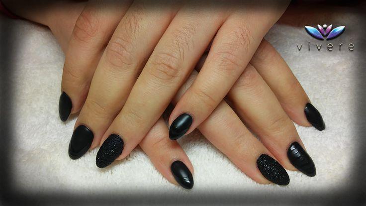 Επέκταση νυχιού με gel και ημιμόνιμο μαύρο με ματ top coat, μαύρο glitter και nail art. #black #matte #gel #semipermanent #nail_art #grlitter #nails #manicure #vivere