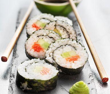 Maki-sushi är det japanska namnet på den klassiska sushirullen, med sjögräset runt om. Fyll din maki-sushi med färsk lax, avokado, gurka och omelett. När du lärt dig göra en rulle kan du enkelt fylla din maki-sushi med just dina favoritingredienser.