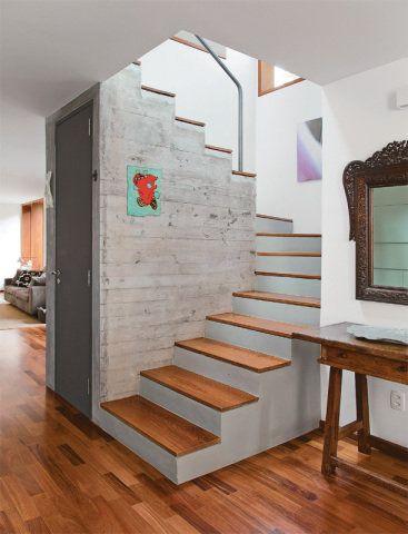 Erguida num novo lugar, a escada abriga um lavabo no vão do lance superior