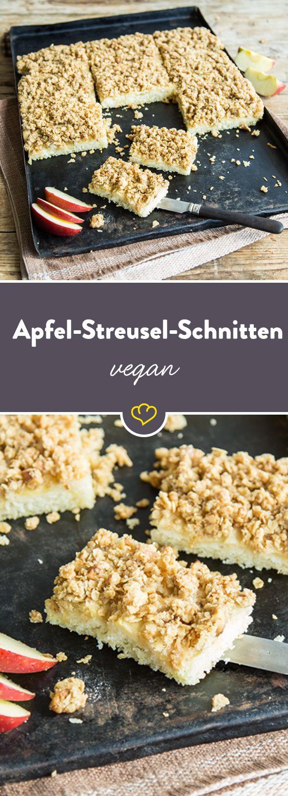 Deine veganen Streusel werden noch besser, wenn du sie mit Haferflocken und Walnüssen mischst und sie auf dem Blech zu saftigen Apfel-Schnitten ausbackst.