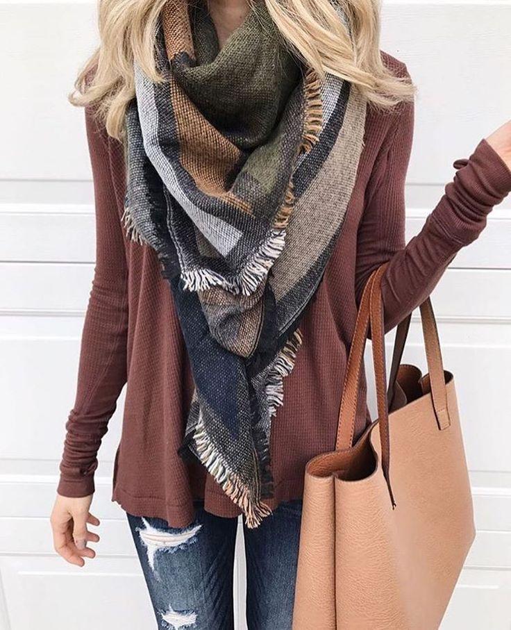 Une tenue décontracte parfaite pour l'automne pour aller en ville ou faire du shopping: écharpe d'automne sac beige gilet rouge bordeaux jean avec trous