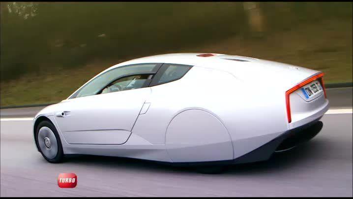 Destination Hambourg pour découvrir le Volkswagen XL1, le véhicule le plus économe en carburant au monde. Dominique Chapatte et Safet Rastoder font également l'essai du Touareg fraîchement restylé.
