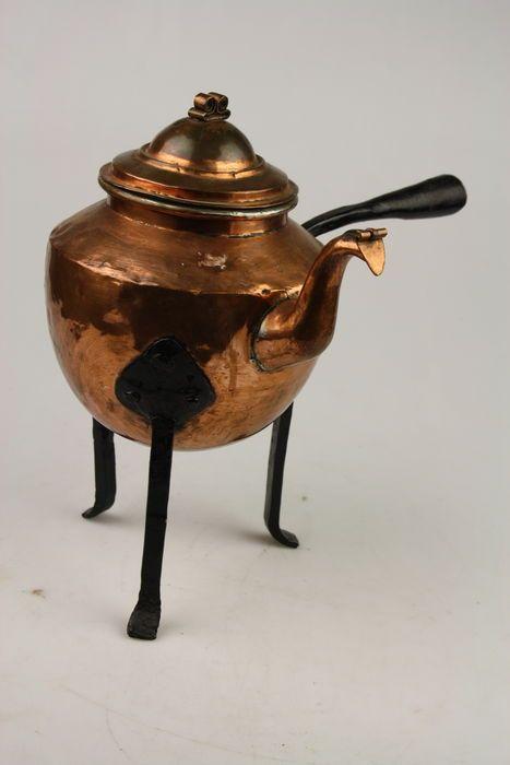 Mooie roodkoperen vuurketel gemaakt rond 1860 waarschijnlijk in Zweden. Deze ketel werd vroeger boven het openvuur gezet om hem te verwarmen vandaar de hoge ijzeren poten. De ketel is handgemaakt en voor de leeftijd nog in goede conditie.  Afmeting: 34 x 34 cm Gewicht: 1,45 kg  Item wordt goed verpakt en verzekerd verzonden, met track&trace.
