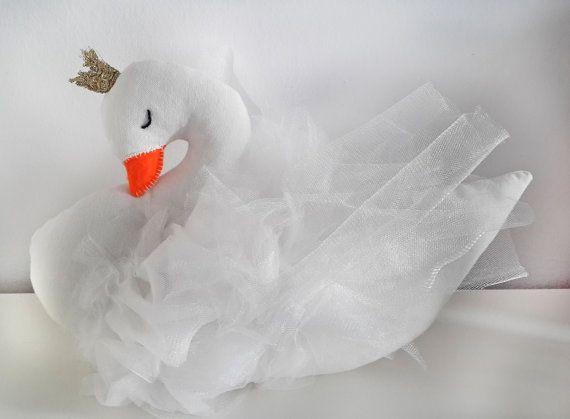 Este hermoso cisne con naranja sentí pico tiene alas de tul blanco suave y ojos son bordado a mano. Almohada de decoración moderna para habitaciones infantiles y brillante corona de oro. Ella mide 10 pulgadas (25 cm) de alto y 13 pulgadas (33 cm) desde el pecho hasta la cola. Este es un