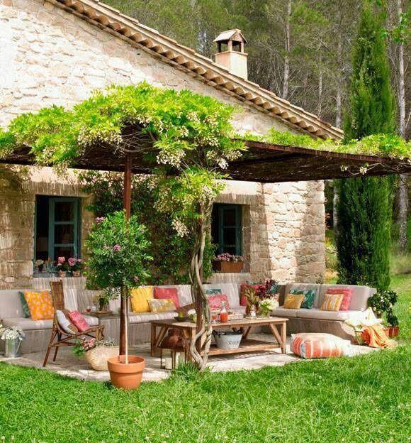 Natürlicher Garten Mit überdachter Sitzecke: Natürlicher Garten Mit überdachter Sitzecke