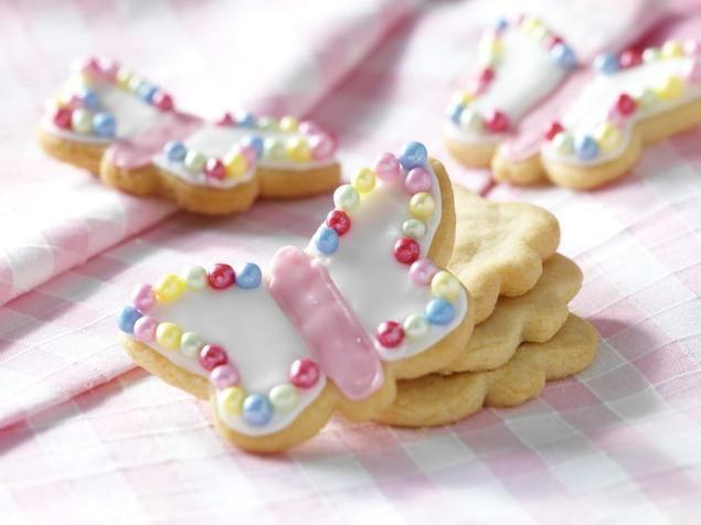 Vlinder koekjes                              -                                  Ga je in de vakantie koekjes bakken met de kinderen? Deze vlinder koekjes zijn heel schattig en lekker zomers.