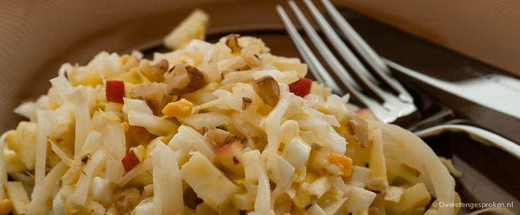 Frisse witlofsalade - Heerlijke maaltijdsalade van witlof, ei, appel en walnoot.  500 gram witlof 2 hardgekookte eieren 1 friszure appel handje gepelde walnoten 2 eetlepels mayonaise azijn