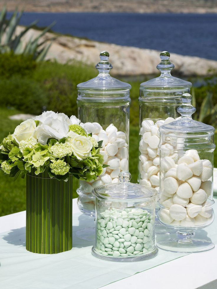 Meringue, marshmallows and candies all in beautiful jars http://www.instyle.gr/photo-gallery/gamos-se-nisi-trapezi-pou-tha-afisi-istoria/
