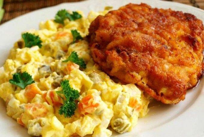 Klasický bramborový salát a řízek