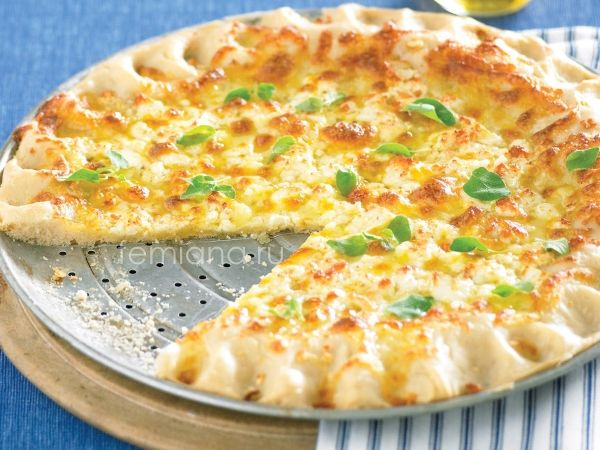 Вкусная пицца с чесноком и двумя видами сыра