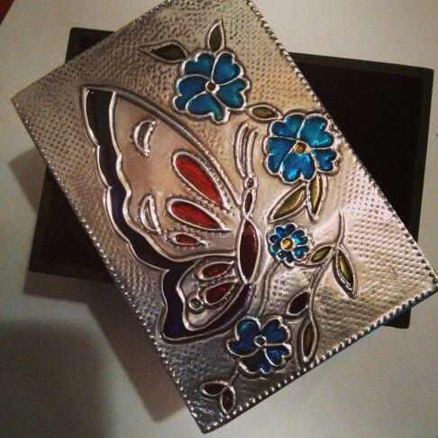 Caja con mariposa repujada en aluminio con pintura de vitral