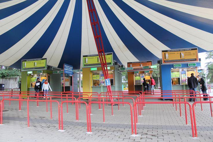 Tämän teltan alla sijaitsevat lipunmyyjät. Särkänniemen lipunmyyjien hymy on ensimmäinen asia, minkä asiakas kohtaa Särkänniemessä! Lipunmyyjät toimivat lipunmyyntipisteissä päälipunmyynnissä, infopisteessä ja Elämyspuiston alueella. Aikaisemmasta rahankäsittelykokemuksesta on hyötyä. Lipunmyyjänä pääset käyttämään kaikkia asiakaspalvelutaitojasi. Katso lisää www.sarkanniemi.fi