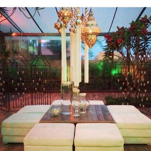 Tudo pronto pra mais um sonho. Lustres indianos iluminam essa noite. Decor @verdemusgo #projetosespeciais #assessoria #cerimonialformato #wedding #bride #casamento  #eventos #amor #dedicacao #tornandodiasespeciais #momentosmagicos #weddinginspiration