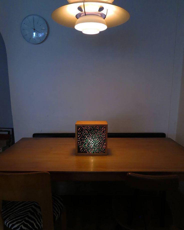 イストゥットには、#louispoulsen (#ルイスポールセン )の照明 3種が店内を照らしています。 ・ph5 ・パークフース(ウェアハウス) Pakhus (Warehouse) ・トルボー 120 デュオ (Toldbod 120 Duo) この照明が放つ光は、まさにアートのようですが、 これらの照明の他に、本物のアート作品が光っているのを ご存知ですか? 荻窪在住の作家#南夏世 さん( http://www.minaminatsuyo.com/) の...