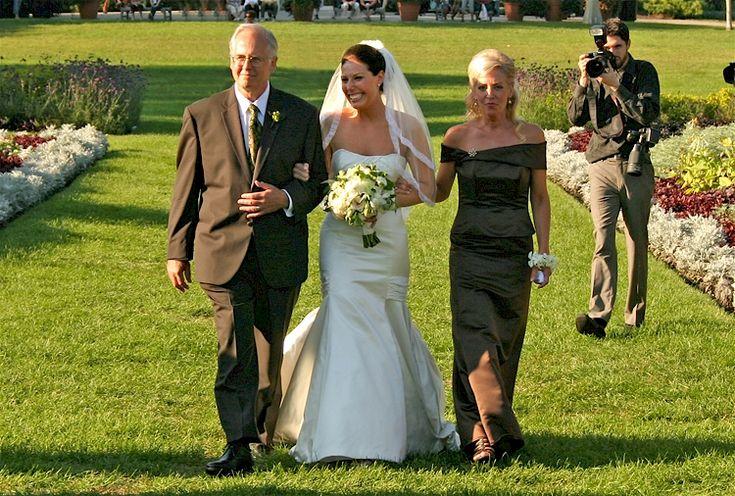 Arriv e de la mari e aux bras de ses deux parents entr e des mari s insolit - Idee mariage insolite ...