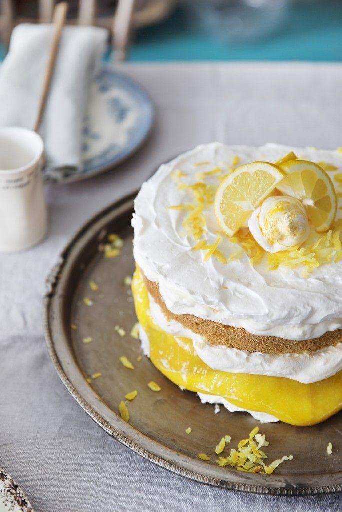 [ Sitronpavlova ] {Mareng} 6 eggehviter / 3¾ dl sukker / ¾ tsk salt. {Kake} 9 egg / 270 g sukker / 225 g hvetemel / 45 g potetmel. {Krem} 6 egg / 180 g sukker / 1½ ss raspet sitronskall / 120 g sitronsaft / 60 g usaltet smør / 2 klyper salt. {Fyll} 4 dl pisket kremfløte / ev vaniljesukker   {Marengs} 100°. Ha 4 eggehviter i bolle, pisk stivt sammen m sukker. Måle størrelsen på marengslokkene. Skal ha 3 el 4 marengslokk. Stryk massen utover, høyd ikke mer enn 1 cm. Stek 1 tim, 10 min på…