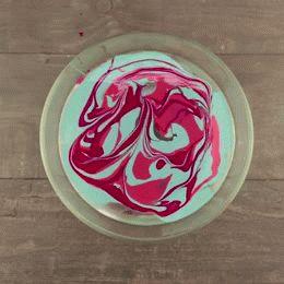 Zet de bloemetjes buiten in een gepimpte bloempot! Dit heb je nodig Een schaaltje met water op kamertemperatuur Nagellak (kies zelf de kleur) Een marmeren bloempot Aan de slag Giet wat nagellak in het schaaltje water Combineer gerust verschillende kleurtjes! Dompel de marmeren bloempot in de kleurenbrij Laat het even drogen en klaar! Nu alleen … Continued